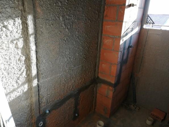Uma imagem mostrando uma rede de canos para água fria em uma parede.