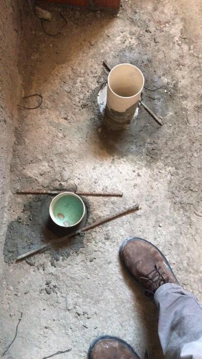 Sapatos em cima de pedra  Descrição gerada automaticamente com confiança baixa